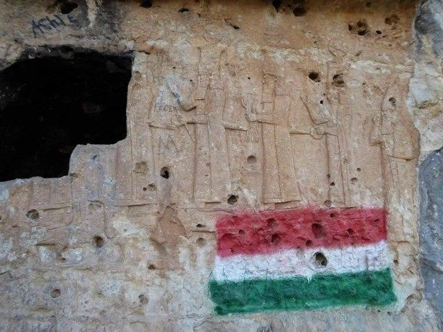 vandals-paint-Kurdish-flag-on-7th-century-BC-Assyrian-relief-Dohuk-Iraqi-Kurdistan-Twitter-640x480